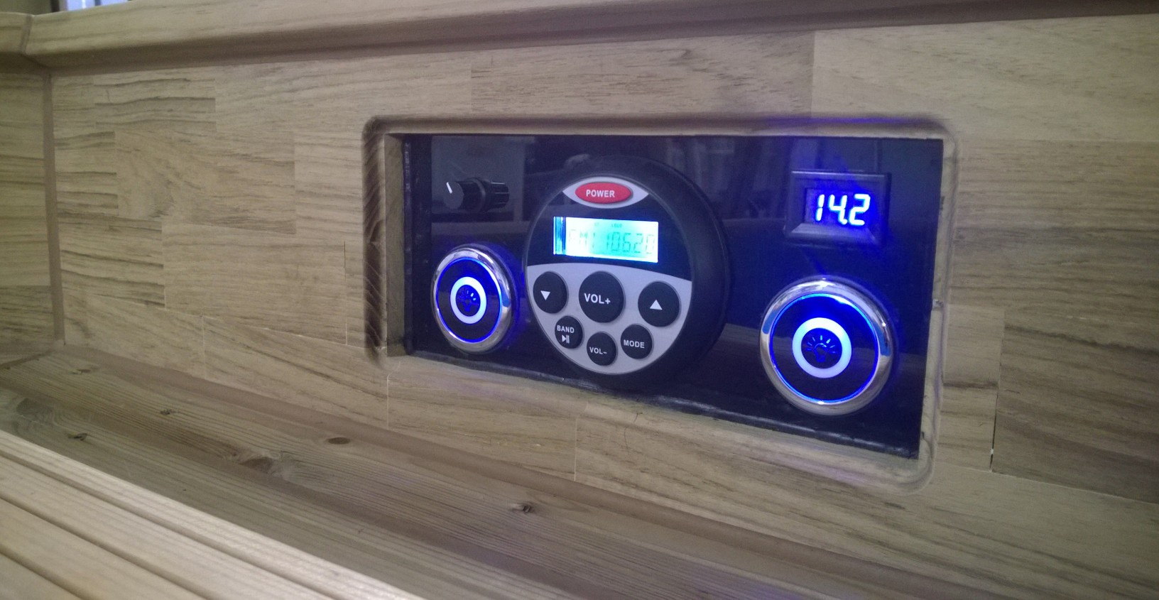 Käyttöpaneeli, jossa mm. digitaalinen lämpömittari